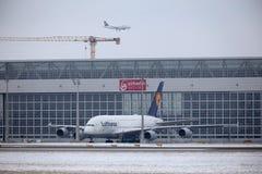 Lufthansa Airbus A380 in München-Flughafen MUC Lizenzfreie Stockfotos