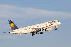 Lufthansa Airbus A321 nach entfernen sich Lizenzfreie Stockfotografie