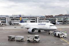 Lufthansa Airbus A320 neo no aeroporto de Francoforte imagem de stock royalty free