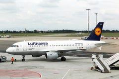 Lufthansa Airbus no aeroporto de Exupery de Saint de Lyon, França Foto de Stock