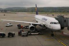 Lufthansa Airbus A321 no alcatrão no aeroporto de Zurique Fotografia de Stock Royalty Free