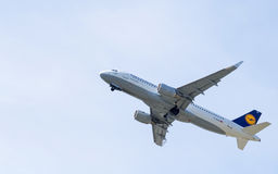 Lufthansa Airbus A320 no céu Imagens de Stock