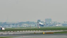 Lufthansa Airbus A380 que descola do aeroporto de Francoforte, FRA