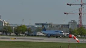 Lufthansa Airbus que faz o aeroporto de Munich do táxi, no monte do gel do ¼ de Besucherhà filme