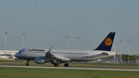 Lufthansa Airbus que hace el aeropuerto de Munich del taxi, en la colina del gel del ¼ de BesucherhÃ