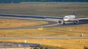 Lufthansa Airbus 320 que lleva en taxi metrajes