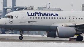 Lufthansa Airbus A320-200 que mueve encendido la pista nevosa, Munich metrajes