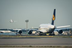 Lufthansa Airbus A380 remorque à l'aéroport de Francfort sur Main Photographie stock