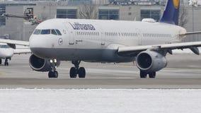 Lufthansa Airbus A330-300 roulant au sol dans l'aéroport de Munich, MUC clips vidéos