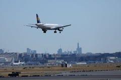 Lufthansa aplana a aterrissagem no aeroporto de Francoforte, FRA, construções no fundo fotos de stock