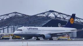 Lufthansa aplana fazendo o táxi no aeroporto MUC de Munich filme