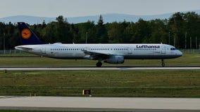 Lufthansa aplana na pista de decolagem no aeroporto de Francoforte, FRA