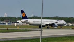 Lufthansa aplana taxiing na pista de decolagem, Francoforte, FRA