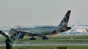 Lufthansa aplana taxiing no aeroporto de Francoforte, FRA, vista lateral do nível da grama