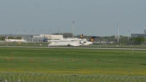 Lufthansa aplana taxiing no aeroporto de Munich, mola