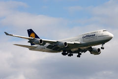 Lufthansa Boeing 747-400 Jumbo Jet Landing Royalty Free Stock Photo
