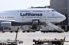 Lufthansa Boeing 747 am Frankfurt-am-Mainflughafen Lizenzfreie Stockbilder