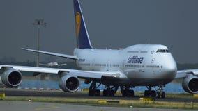 Lufthansa Boeing 747, das an Frankfurt- am Mainflughafen mit einem Taxi fährt stock video