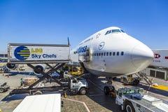 Lufthansa Boeing 747 em uma porta no aeroporto internacional de Los Angeles Fotos de Stock