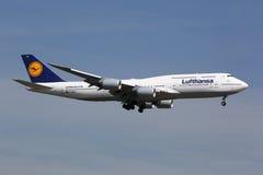 Lufthansa Boeing 747-8 jumbo - stråle Royaltyfri Foto