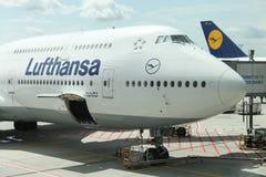 Lufthansa Boeing 747 no aeroporto de Francoforte, Alemanha Imagens de Stock Royalty Free