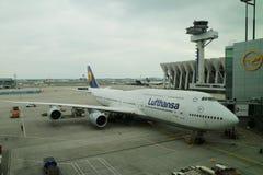 Lufthansa Boeing 747 no alcatrão no aeroporto de Francoforte Imagem de Stock
