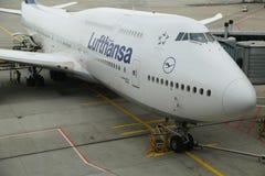 Lufthansa Boeing 747 no alcatrão no aeroporto de Francoforte Imagem de Stock Royalty Free