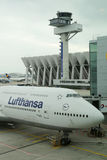 Lufthansa Boeing 747 no alcatrão no aeroporto de Francoforte Foto de Stock Royalty Free