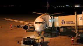 Lufthansa Boeing 737-500 på porten av den Leipzig flygplatsen Fotografering för Bildbyråer
