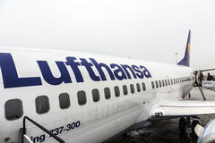 Lufthansa Boeing 737 pronto per imbarcare Fotografie Stock