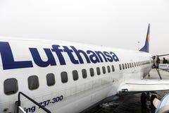 Lufthansa Boeing 737 som är klar för att stiga ombord Arkivfoton