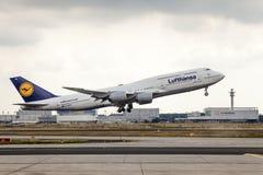 Lufthansa Boeing 747 tar av Arkivbilder
