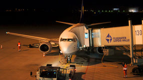 Lufthansa Boeing 737-500 am Tor von Leipzig-Flughafen Stockbild