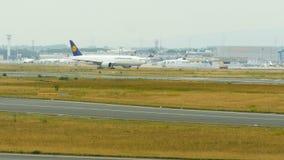 Lufthansa Cargo Boeing 777 que grava en el aeropuerto de Frankfurt-am-Main almacen de video