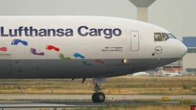 Lufthansa Cargo MD-11 vor Abfahrt stock video