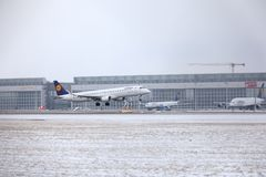 Lufthansa CityLine θλεμψραερ erj-195 δ-AEMD που προσγειώνονται στον αερολιμένα του Μόναχου Στοκ Εικόνα