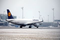Lufthansa CityLine θλεμψραερ erj-195 δ-AEMD που προσγειώνονται στον αερολιμένα του Μόναχου Στοκ Φωτογραφία