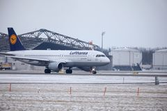 Lufthansa CityLine Embraer ERJ-195 D-AEMD landning i den Munich flygplatsen Arkivfoto