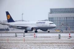 Lufthansa CityLine Embraer ERJ-195 D-AEMD landning i den Munich flygplatsen Arkivbild
