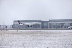Lufthansa CityLine Embraer ERJ-195 D-AEMD landning i den Munich flygplatsen Royaltyfria Bilder