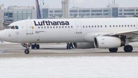 Lufthansa A321-100 Coburg, nuova livrea di D-AIRD, inverno video d archivio