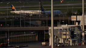 Lufthansa dżetowy samolot taxiing w Monachium lotnisku, MUC