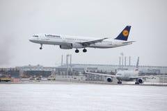 Lufthansa A321-100 D-AIRM enlevé de l'aéroport de Munchen Images stock