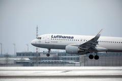 Lufthansa A321-100 D-AIRO enlevé de l'aéroport de Munchen Photos libres de droits