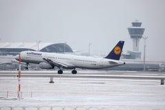 Lufthansa A321-100 D-AIRX enlevé de l'aéroport de Munchen Photographie stock