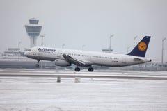 Lufthansa A321-100 D-AIRX enlevé de l'aéroport de Munchen Images stock