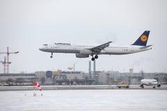 Lufthansa A321-100 D-AIRX enlevé de l'aéroport de Munchen Image stock