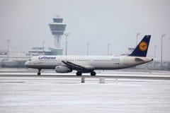 Lufthansa A321-100 D-AIRX enlevé de l'aéroport de Munich Photo stock