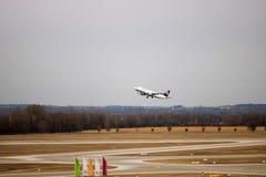 Lufthansa de départ surfacent à l'aéroport de Munich image libre de droits