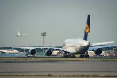 Lufthansa-de Luchtbus A380 sleept bij de luchthaven van Frankfurt-am-Main Stock Fotografie